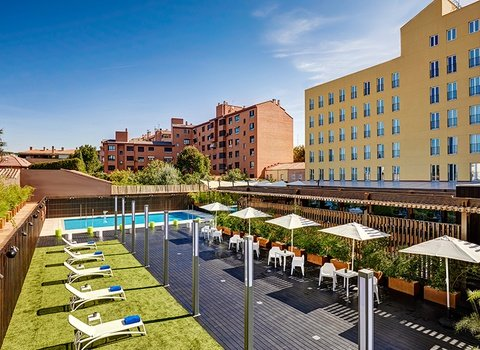Enjoy the swimming pool of our hotel Sercotel 611